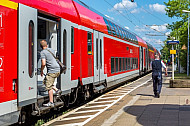 Mensch steigt in Regionalzug in Wrist in Schleswig-Holstein