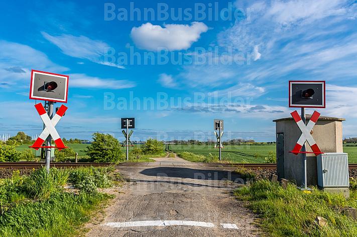 Ein Feldweg an einem Bahnübergang bei Großenbrode in Schleswig-Holstein
