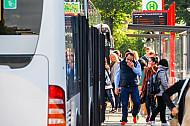 Menschen steigen an der Universität in Hamburg in einen Metrobus