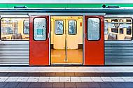 Ein U-Bahn-Zug vom Typ DT3 mit offenen Türen an einem Bahnsteig in Hamburg