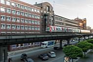 Ein Hamburger U-Bahn-Zug vom Typ DT5 am Rödingsmarkt auf einem Viadukt über dem Autoverkehr