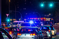 Stau an einer Kreuzung in Hamburg, nachdem die Polizei die Straße gesperrt hat