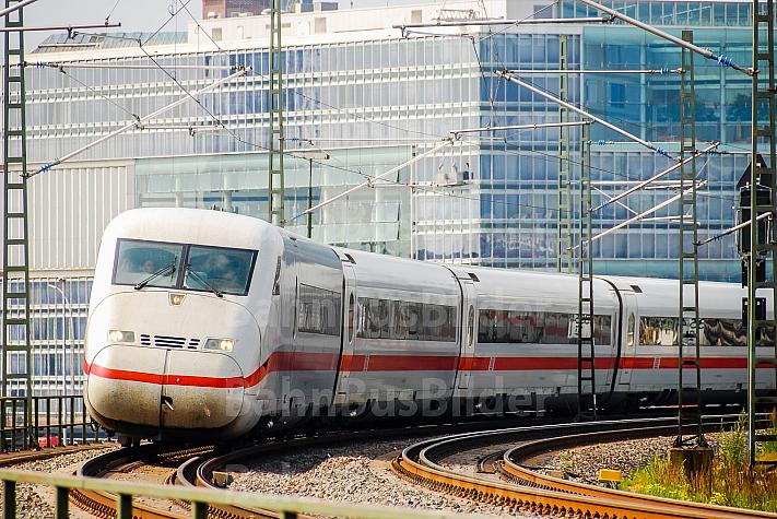 ICE auf der Pfeilerbahn im Hamburger Hafen