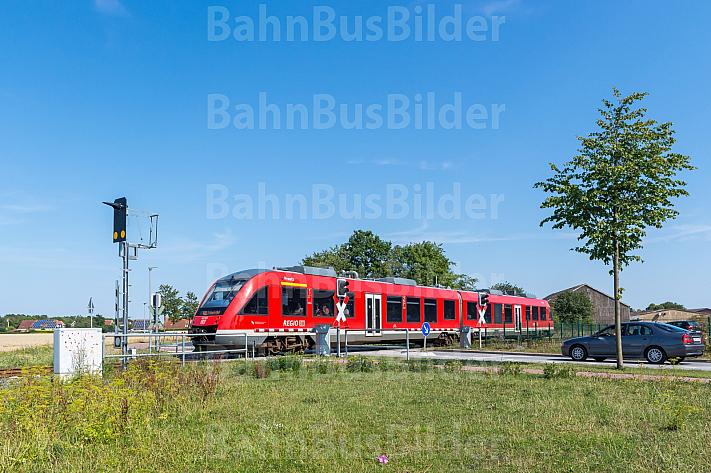 Regionalbahn an Bahnübergang auf Fehmarn