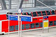 Anzeigetafeln und Regionalzug im Hauptbahnhof Kiel in Schleswig-Holstein