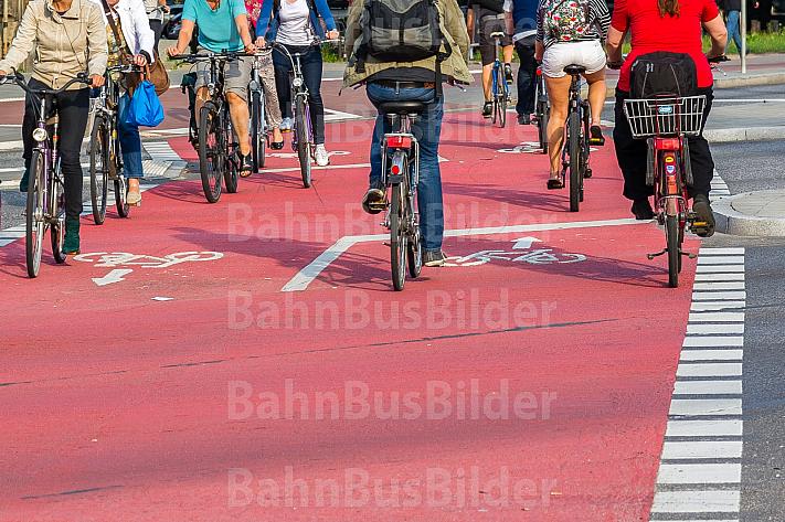Radfahrer überqueren Straße in Hamburg