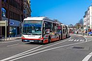 XXL-Bus der Linie M5 am Stephansplatz in Hamburg