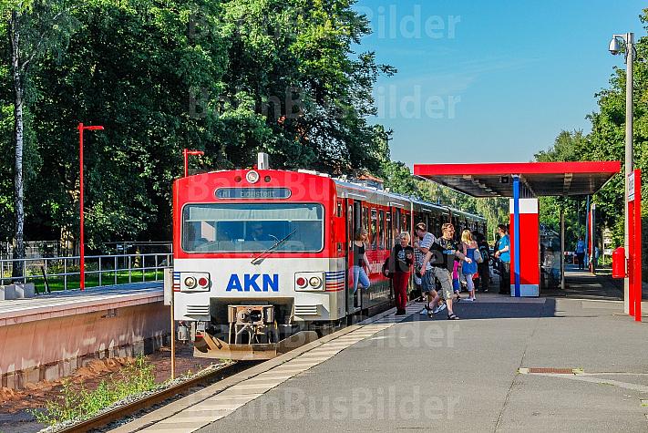 Menschen steigen aus einem AKN-Triebwagen am Haltepunkt Burgwedel in Hamburg