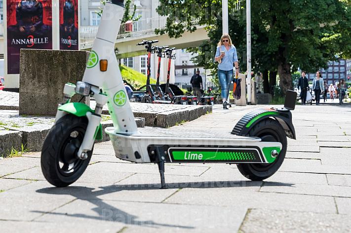 Ein E-Scooter des Verleihers Lime steht auf einem Fußweg in Hamburg am Dammtor