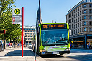 Hybridbus-Bus der Innovationslinie 109 am Jungfernstieg in Hamburg