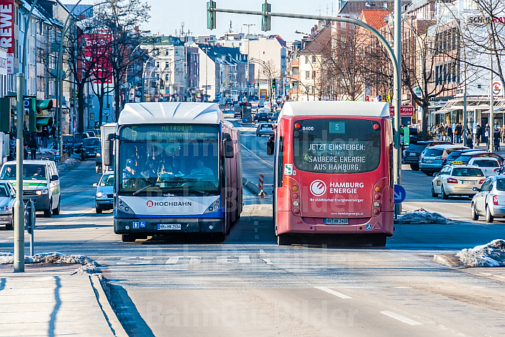 Zwei XXL-Busse begegnen sich bei Schnee in der Hoheluftchaussee in Hamburg