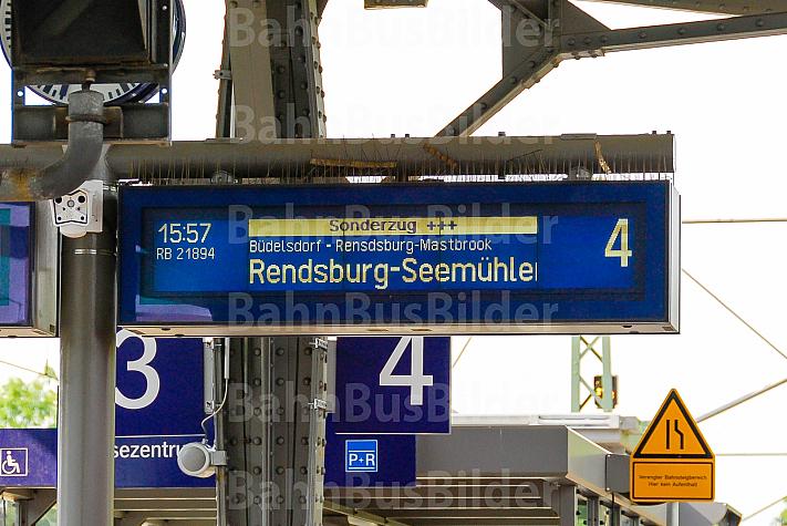 Anzeigetafel für Sonderzug auf einer stillgelegten Bahnstrecke in Rendsburg in Schleswig-Holstein