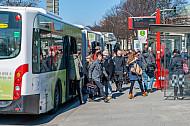 Menschen steigen am Dammtor in Hamburg aus einen XXL-Metrobus