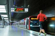 Ein Mensch rennt in der U-Bahn-Haltestelle HafenCity Universität in Hamburg zum Zug