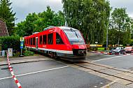 Sonderzug auf einer stillgelegten Bahnstrecke in Rendsburg in Schleswig-Holstein mit provisorisch gesichertem Bahnübergang