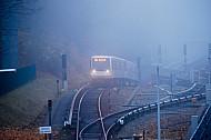 U-Bahn im Nebel bei Hagenbecks Tierpark in Hamburg