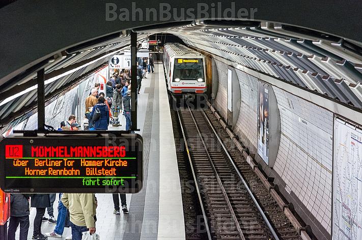 Ein U-Bahn-Zug der Linie U2 fährt in die Haltestelle Hauptbahnhof Nord in Hamburg ein - im Vordergrund eine elektronische Anzeigetafel