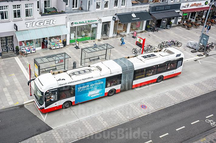 Ein Diesel-Hybrid-Bus der Hochbahn an einer Bushaltestelle in der Osterstraße in Hamburg