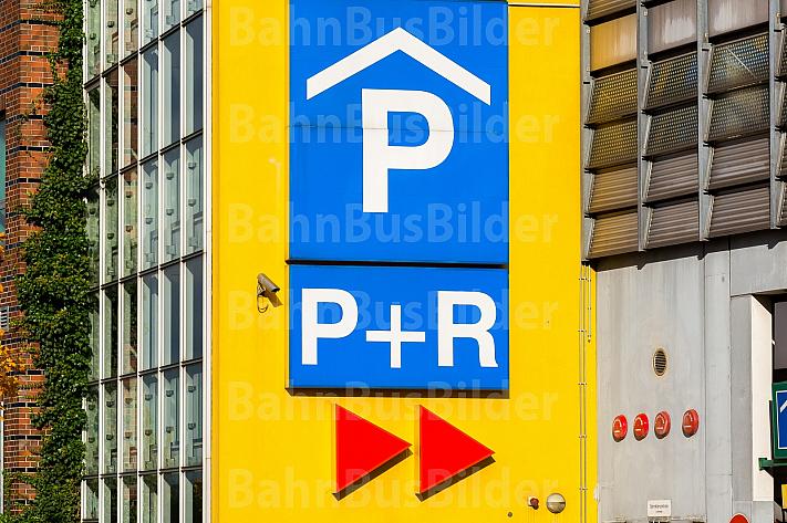 Verkehrsschild für Park and Ride-Anlage am Bahnhof Wilhelmsburg in Hamburg