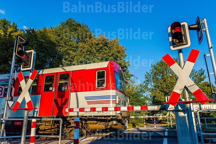AKN-Triebwagen an einem Fußgängerüberweg zwischen Scnelsen und Burgwedel in Hamburg
