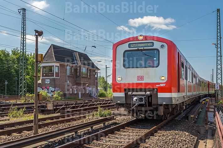 Ein S-Bahn-Zug der Baureihe 472 fährt in den Bahnhof Elbgaustraße ein. Im Hintergrund ein altes Stellwerk