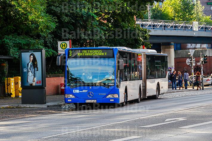 Metrobus der Linie M3 in einer Haltebucht an der Holstenstraße in Hamburg
