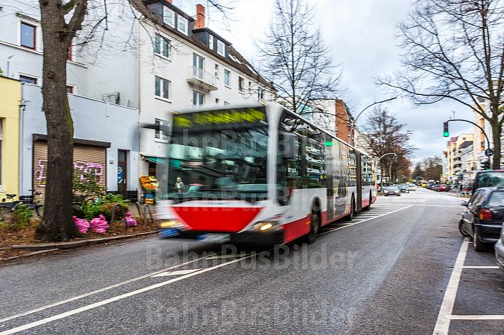 Ein Bus in der Papenhuder Straße auf der Uhlenhorst