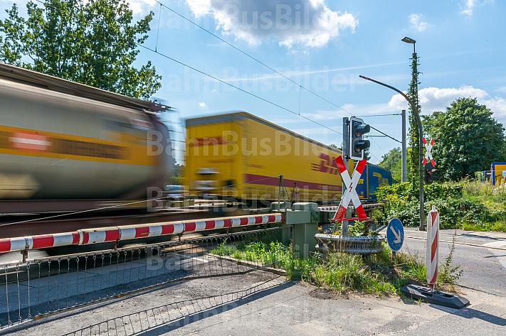 Güterzug quert Bahnübergang Hammer Straße in Hamburg