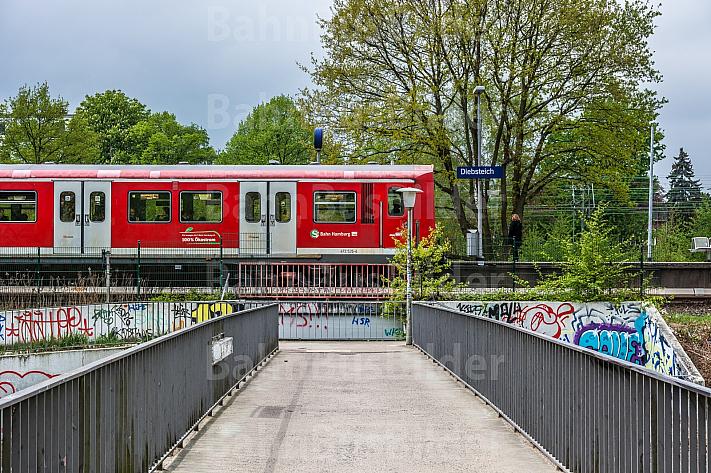 Ein Hamburger S-Bahn-Zug in der Haltestelle Diebsteich. Diese Station soll für den neuen Fernbahnhof Altona weichen