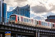 Ein U-Bahnzug vom Typ DT5 auf der Linie U3 vor der Elbphilharmonie in Hamburg