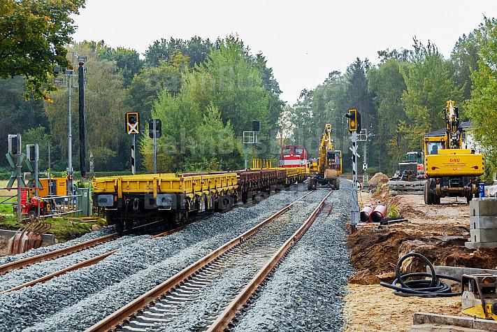 Bauzug beim zweigleisiger Ausbau der AKN-Bahnstrecke am Haltepunkt Burgwedel in Hamburg