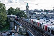 Zwei U-Bahnzüge vom Typ DT5 begegnen sich an den Landungsbrücken in Hamburg