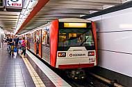 Menschen steigen am U-Bahnhof St. Pauli in Hamburg in eine U-Bahn