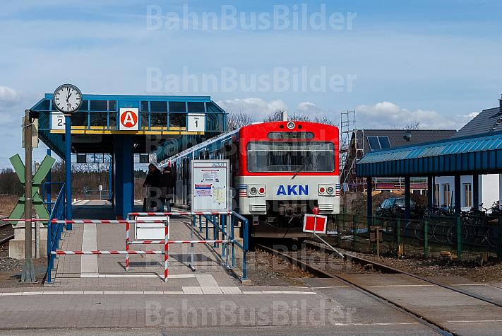 AKN-Triebwagen in der Haltestelle Quickborner Straße an einer Gleissperre
