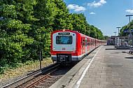 Ein Hamburger S-Bahn-Zug in der grün gelegenen Haltestelle Langenfelde