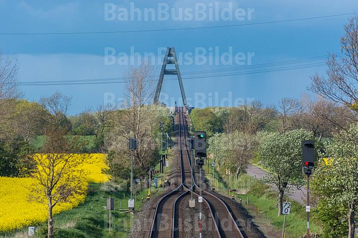 Freie Fahrt! Eine leere Bahnstrecke vor der Fehmarnsundbrücke in Schleswig-Holstein