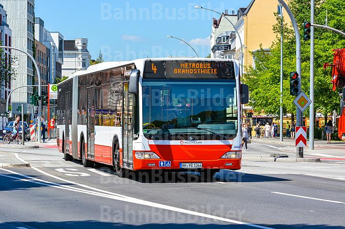 Metrobus 4 an der Haltestelle Staatsbibliothek in Hamburg