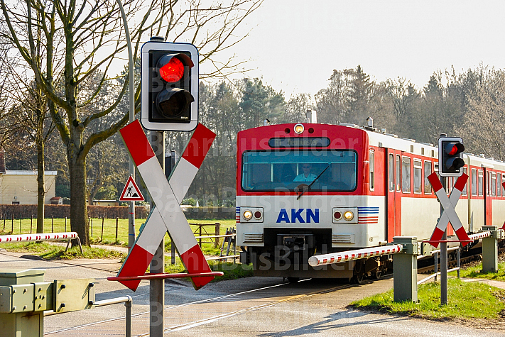 AKN-Triebwagen quert Bahnübergang am Haltepunkt Burgwedel in Hamburg