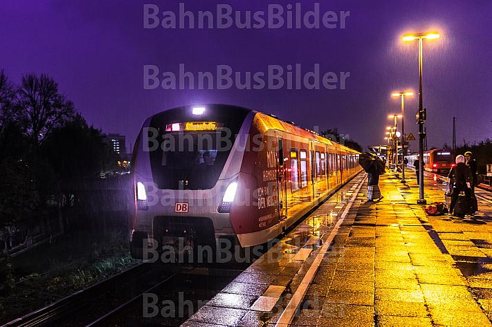 Eine Hamburger S-Bahn der neuen Baureihe 490 an einem regnerischen Abend am Bahnhof Diebsteich