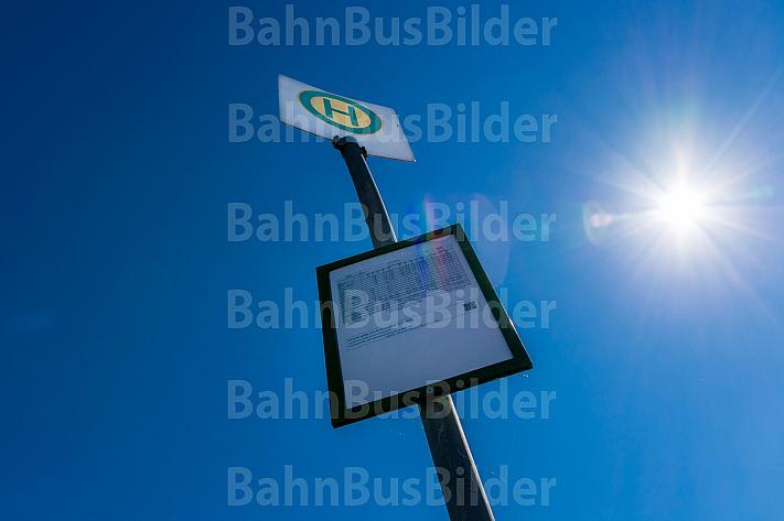Bushaltestelle auf dem Land mit Fahrplan