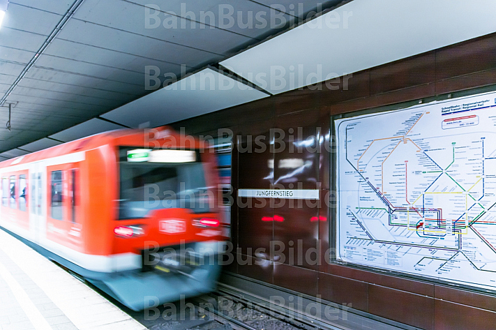 Eine Hamburger S-Bahn fährt in die Tunnelstation Jungfernstieg ein