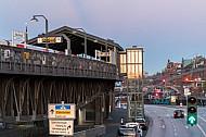 Der Hamburger U-Bahnhof Baumwall auf einem Viaukt im Hafen mit einen nachträglich angebauten Aufzug für Barrierefreiheit