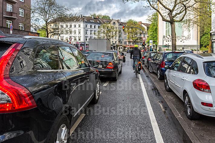 Autofahrer stehen an einer Ampel in Hamburg teilwesie auf einem Fahrradschutzstreifen und unterschreiten den Mindestabstand zum Radverkehr
