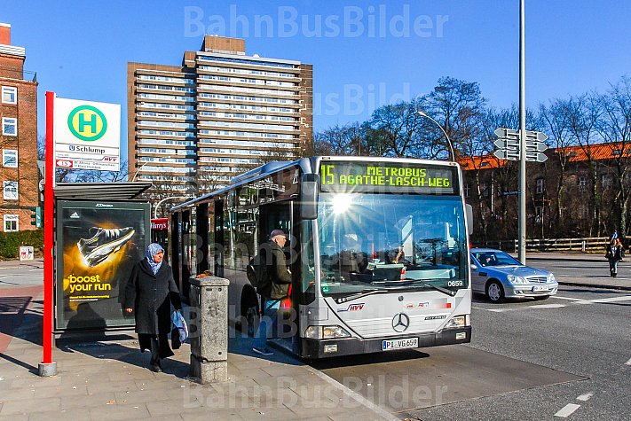 Metrobus der Linie M15 am Schlump in Hamburg
