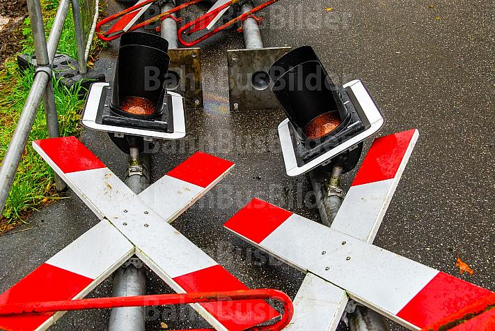 Ausrangierte Ampeln an einem Bahnübergang der AKN