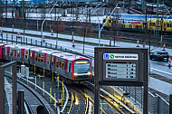 Display mit Anzeige der nächsten Abfahrten im U-Bahnhof Elbbrücken in Hamburg - im Hintergrund eine U-Bahn