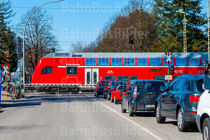 Ein Regionalzug passiert den Bahnübergang Hammer Straße in Hamburg.