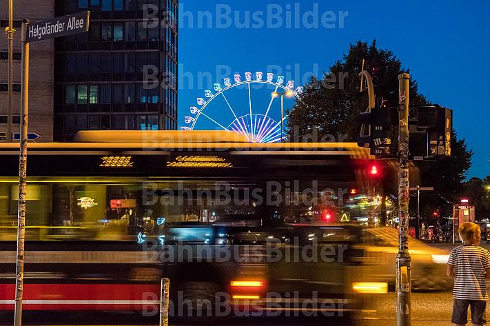 Ein HVV-Linienbus auf der Reeperbahn vor dem Hamburger DOM mit Riesenrad