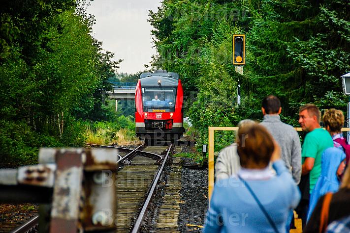 Menschen warten auf einen Sonderzug auf einer stillgelegten Bahnstrecke in Rendsburg-Seemühlen in Schleswig-Holstein