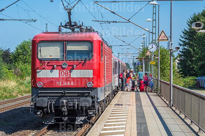 Menschen steigen aus Regionalzug im Bahnhof Dauenhof in Schleswig-Holstein